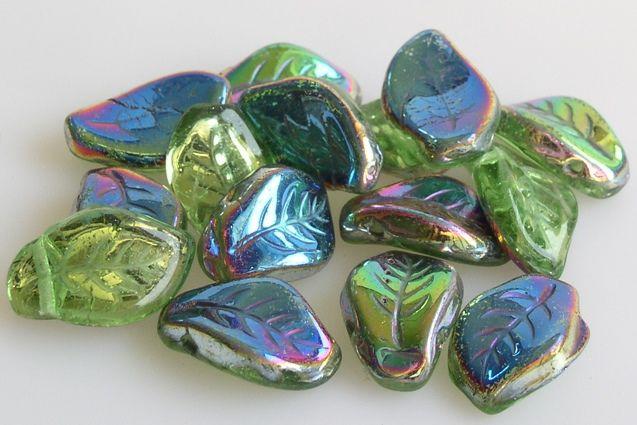 Krásné skleněné korálky ve tvaru lístečku, které krásně doplní Váš šperk :-)