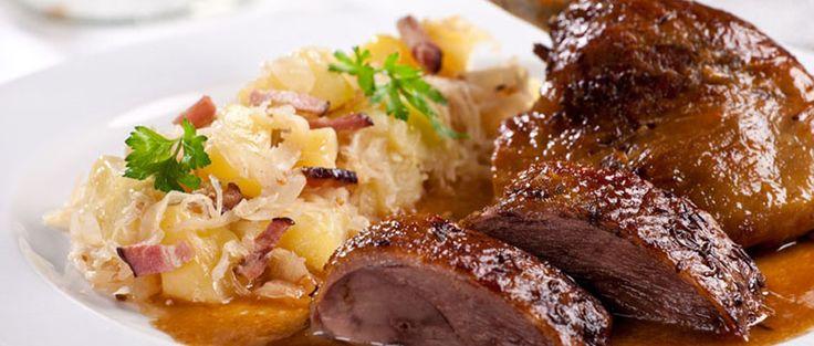 Pečená husa s brambory nakyselo
