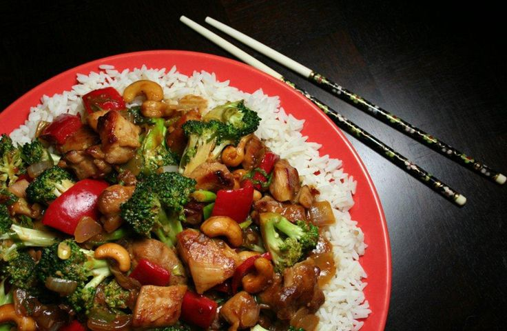 Voici la recette parfaite pour la saison du retour à l'école : une casserole et des repas prêts en 15 minutes. Servez ce sauté de poulet épicé à la sauce hoisin sur du riz brun pour un repas simple, sain et délicieux à manger en famille