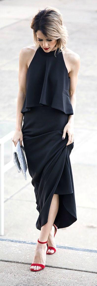 Outfit ideal para salidas nocturnas, destacan las sandalias rojas, rompiendo el negro del vestido