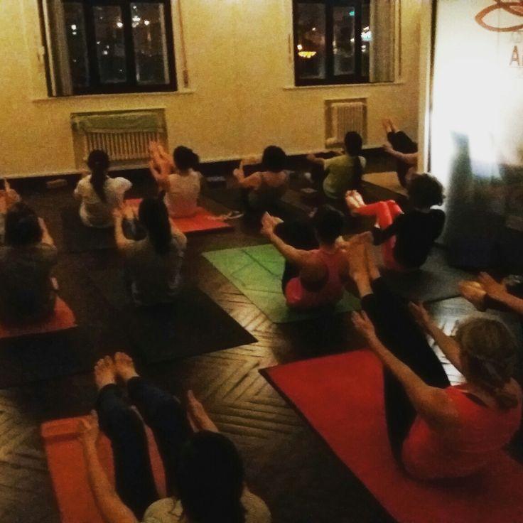 Viernes por la noche en Ashtanga Yoga Bilbao. . Friday night at Ashtanga Yoga Bilbao. . Ostirala gauetik Ashtanga Yoga Bilbon. . . . . . . #ashtanga #ashtangayoga #ashtangayogabilbao #bilbao #ledprimary #ashtangaledclass #ashtangaled #ashtangaguiada #primaryseries #navasana