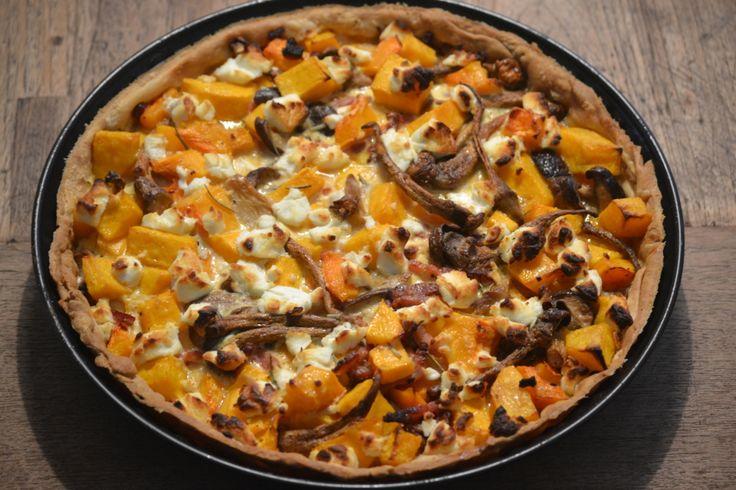 Deze pompoen quiche met paddenstoelen, spekjes en geitenkaas is een heerlijk herfstig recept.