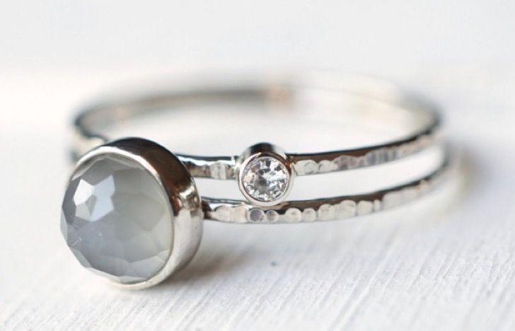 30 preciosos anillos de compromiso que no tienen un diamante y que te cautivarán completamente | Upsocl Este anillo de compromiso con una piedra de luna etérea gris y moissanita demuestra que dos son mejor que uno.