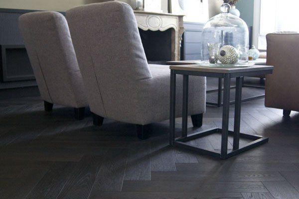 De stijlvolle zwarte houten vloer vormt een mooi contract for Interieur vloeren