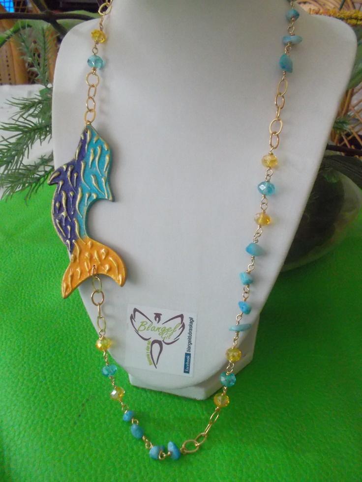 Collar elaborado con gold field, piedra picada, cristales y dije de MDF pintado a mano
