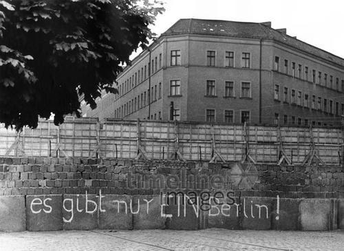 Berliner Mauer, 1967 leicar6/Timeline Images #60er #60s #Westberlin #Ostberlin #DDR #GDR #Mauer #Wall #Grafitti #Grafittis #Spruch #Parole #Berlin #Wiedervereinigung #Reunification
