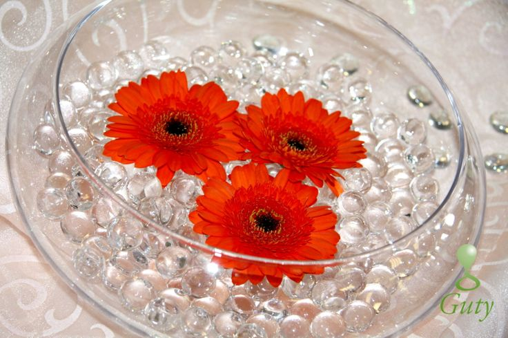 Kvetinová výzdoba na svadbu gerbery v dekoračnom skle