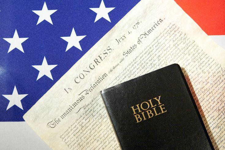 Flagge der USA mit Unabhängigkeitserklärung und Bibel