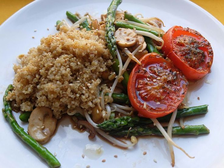 Salteado de verduras con tomates asados y quinua, go Green!
