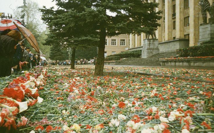მთავრობის სახლის წინ პატივს მიაგებენ 1989 წლის 9 აპრილს დაღუპულთა ხსოვნას