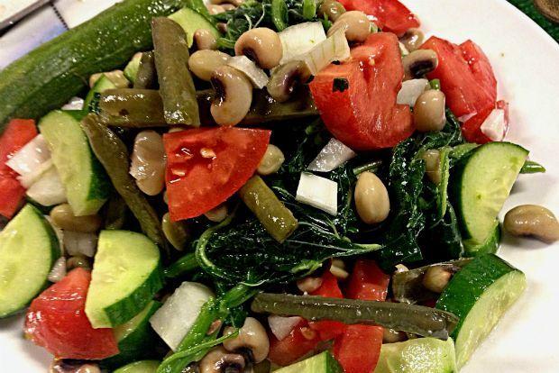 Για μένα, καλοκαίρι σημαίνει φρέσκα μαυρομάτικα φασόλια με βλίτα, δροσερά μικρά κολοκυθάκια και ωμά, κομμένα λαχανικά απο πάνω όπως αγγουράκι, ντομάτα και κρεμμύδι.