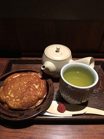 ティータイムにいただきたいのが、大福茶と、浅草の大人気どら焼き「亀十どら焼き」とのセット。大きくて上品などら焼きに、甘味のあるさっぱりとした大福茶が、絶妙にマッチして、お口いっぱいの幸せが感じられますよ。一保堂茶舗 東京丸の内店