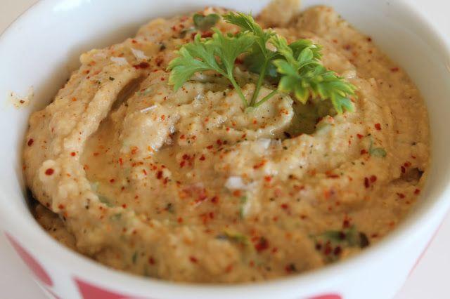 Hummus er en lækker dip fra Mellemøsten som primært består af kikærter, som er en super god kilde til protein og sundt fedt. Udover kikærter laves hummus af bl.a. tahin, vand, olie, spidskommen, hvidløg mm. Jeg har også valgt at komme frisk persille i, både ofr udseende og især for smag.....