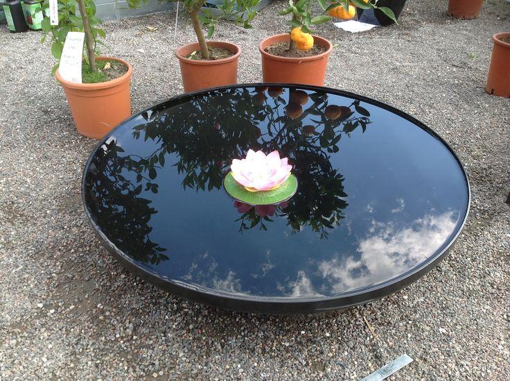 Rundt spejlbassin sortlakeret, der giver et fantastisk flot spejlbillede af omgivelserne. Reflection pool round