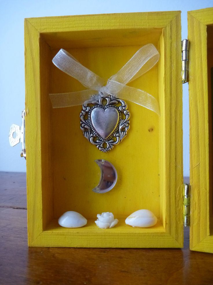 This altar is dedicated to Oshun, Orisha of freshwater rivers and waterfalls, representing the girl and the energy of the Crescent Moon. The measures of the box which serves as the altar are 7.5 to 10.5 cm; when the box is opened reaches a measurement of 14 cm.