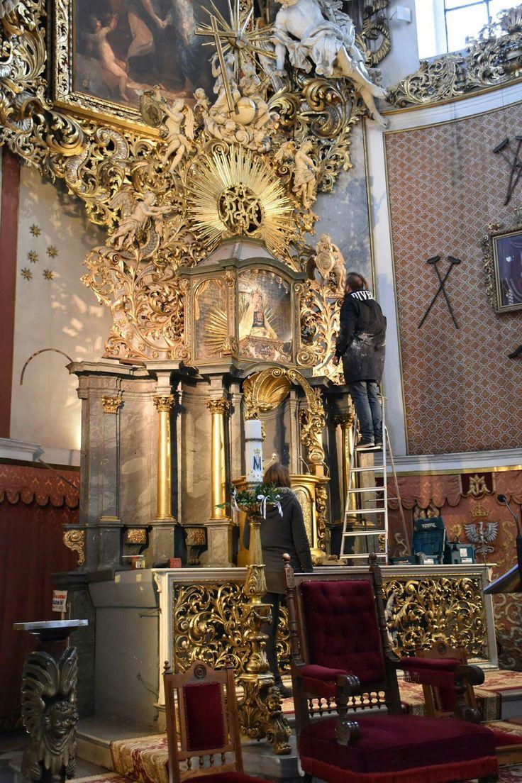 Autor oltarza głównego: Mikołaj Richter,po 1715 r. Retabulum ołtarzowe powstało w miejsce wcześniejszego, autorstwa Antoniego Jörga (1704-1705)