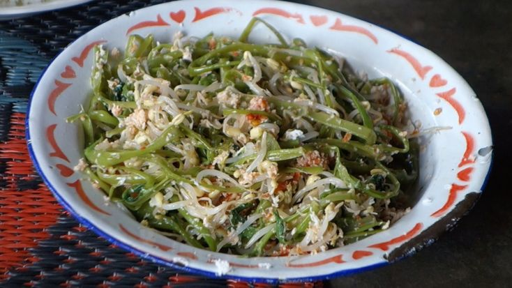 Pelecing kangkung - Water spinach with mung sprouts - authentic Indonesian recipe from a village on Lombok island, Indonesia (source: my personnal food and travel blog / vlog with recipes, authentic video recipes, street food, food and travel documentary, travel info and more. Welcome! :) )