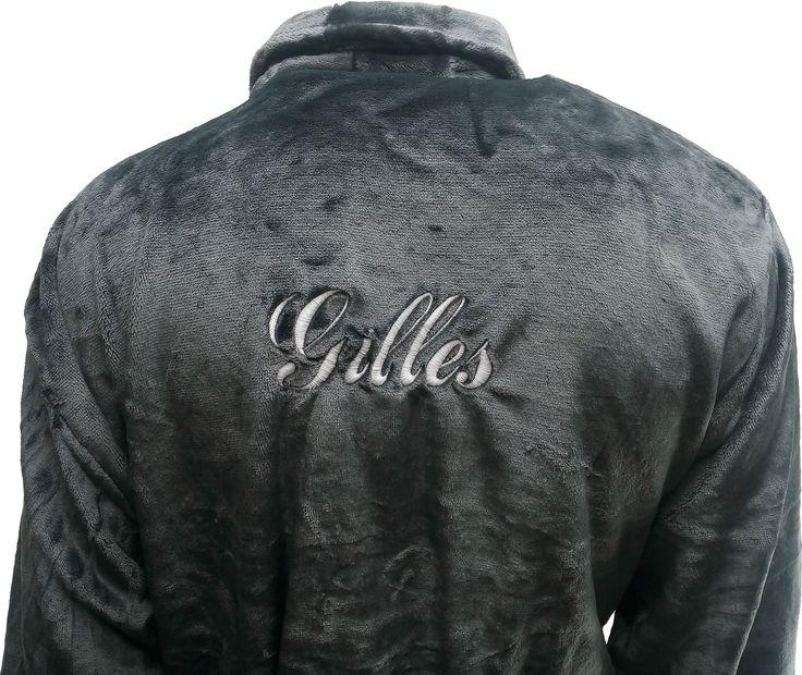 Peignoir polaire personnalisé Gilles sur le dos par brodeway.com #peignoirpersonnalisé #peignoirpolaire