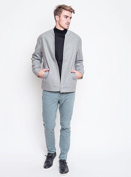 Elegantně kamkoliv. Bunda triko RVLT, kalhoty, boty Wesc.