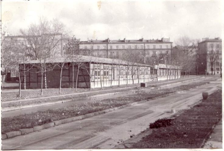 ul. Lipowa 1986 r. Dawny obóz przejściowy, filia obozu na Majdanku, po wojnie jednostka wojskowa. Potem sklepy. Drogę zbudowano gdy przy Obrońców Pokoju zbudowano Komitet Miejski PZPR.