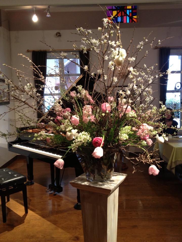 昨日はレストランれおリオンドールさんにて「春の息吹のコンサート」にお花のデモンス...