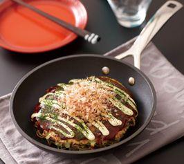 【モダン焼き】中華麺を使った関西風のお好み焼き。長いもを使った生地を、フライパンでふっくらと焼き上げます。  http://lecreuset.jp/community/recipe/grilled_modern/