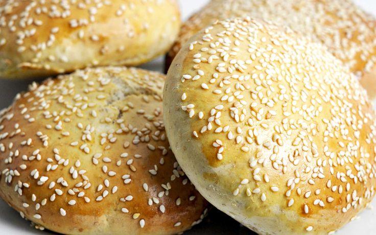 Burgerboller med fuldkorn En nem opskrift på de perfekte burgerboller til de perfekte hjemmelavede burgere. Hos Mambeno får du nemme madplaner til madpakker og aftensmad.