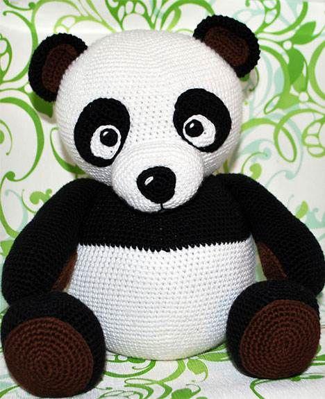 Den søde hæklede panda skal nok gøre lykke hos de små som sovedyr eller bare til pynt.