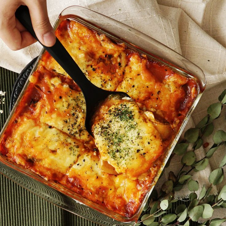 Recipe with video instructions: How to make Potato Lasagna Ingredients: 2 small potatoes, 300 g meat sauce, 210 g shredded cheese, 1 bunch baby spinach