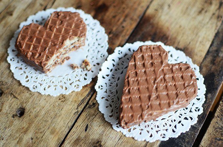 Att göra egen kexchoklad är galet enkelt och fantastiskt gott. Och då kexet är ett sådant härligt material att skära i så kan man forma det – till hjärtan exempelvis.  Har länge velat göra egen...