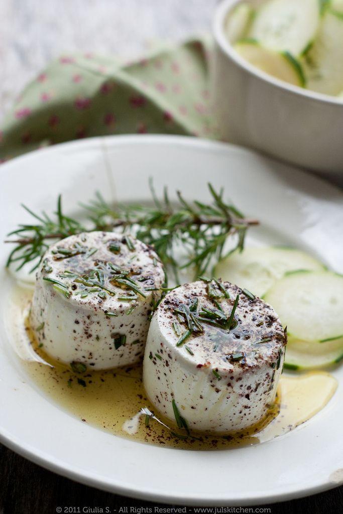 Marine edilmiş keçi peyniri