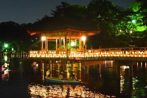 """夏のお盆の時期、いろんな夏の行事が行われます。関西で、静かで心が癒される催し物の一つに古都・奈良で行われる『なら燈花会』があります。公式サイトで次のような紹介文があり、 1300年前に都として栄えた奈良。 広大な自然の中に古代日本のおもかげが今も残る。 そんな奈良にふさわしい、どこか懐かしさを感じ、 心を癒してくれるろうそくのやさしい灯り。 1999年に誕生した『なら燈花会』。 古都奈良にろうそくの灯りがとけ込み、 人々の心にさまざまな感動を与えてきました。 夏のたった10日だけ広大な奈良の緑と歴史の中に ろうそくの花が咲きます。""""心を癒してくれるろうそくのやさしい灯り""""という一文にすっかり心を奪われて、奈良まで足を運びました。"""