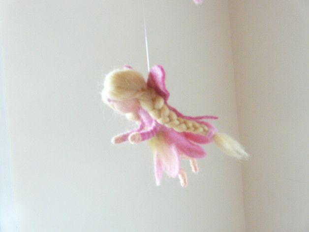 Die Fee ist mit der Nadel trocken gefilzt.Das Röckchen und die Flügel sind nass gefilzt und an die Fee angeformt.  Durch die Art der Aufhängung eignen sich diese Feen besonders gut um über etwas...