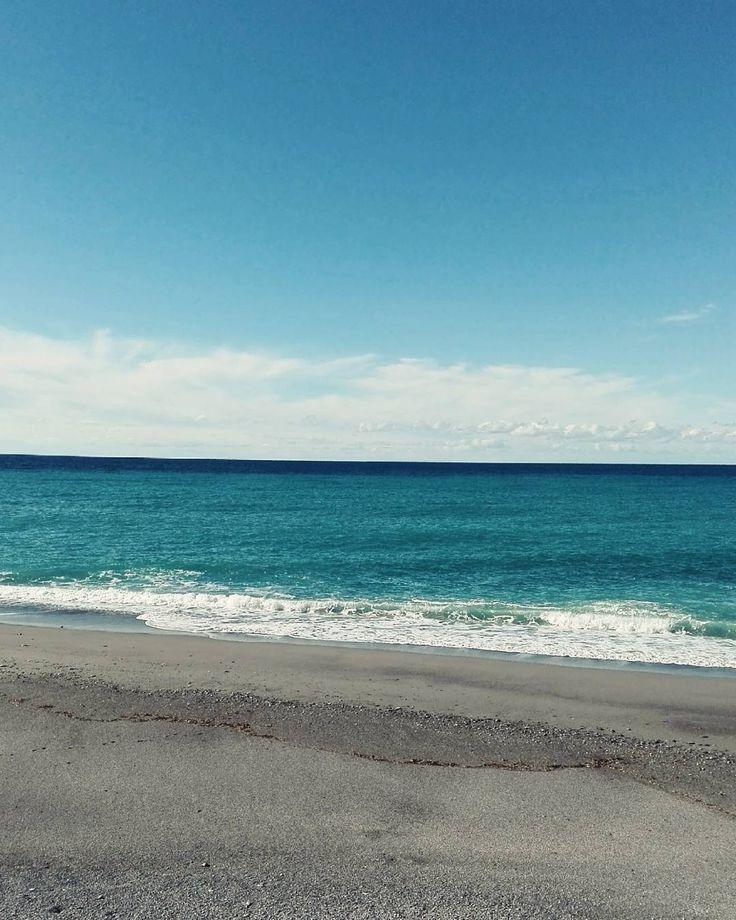 Perfect moment. #unangeloinviaggio  Edit with @vscoNC  #italy #italia #calabria #vsco #vscocam #vscoitaly #landscape #landscapephotography #landscape_captures #landscape_lovers #amazing #awesome #bestoftheday #beautiful #beautifuldestination #travel #traveling #trip #adventure #nature #naturelovers #photo #photography #photooftheday #exploring #exploringtheglobe #sea #sky #igersoftheday