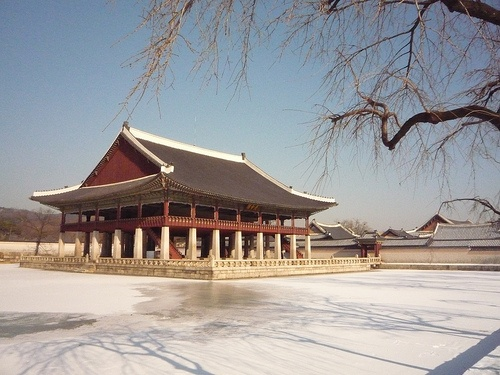 Gyeongbokgung Palace in Seoul: The moat had completely frozen over and was covered in a layer of snow.