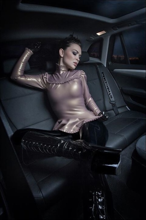 Sexy leather and latex babe in the back seat..........