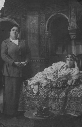 Carmen Conde, disfrazada de morita, con su madre, María Paz Abellán. Melilla, hacia 1916.