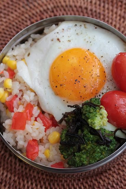 A fried egg is the main and only protein in this ultra simple bento the rest rice with corn - Apprendre a cuisiner japonais ...