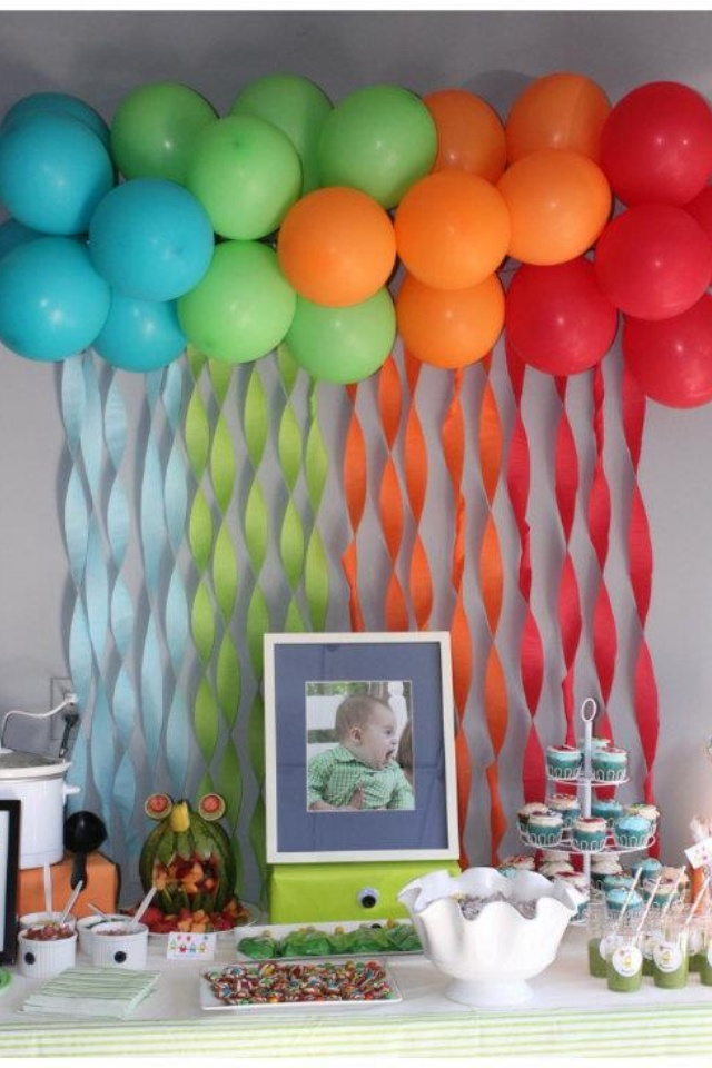fun balloon streamer backdrop for a kids