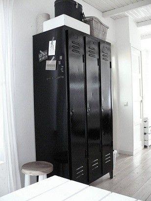 Een van mijn 5deurs locker kasten zwart zijdeglans lakken, witte cijfers op sjabloneren, binnen achterwand wiebertjes behang (mod podge poeder) per deurtje 3 legplanken. Eventueel zelfgemaakte magneetmemos