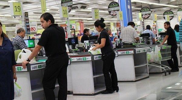 Denuncian despido de empaquetadores de supermercado Unimarc de Concepción.