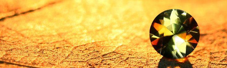 Misschien is de andalusiet meer een schoonheid op het tweede gezicht. Door goed te kijken toont de andasuliet zich een prachtige steen met elegantie, subtiele kleuren en klasse. Hoewel het mineraal al voor het eerst in 1798 door Jean-Claude Delamétherie werd beschreven, stond deze edelsteen lange tijd in de schaduw van andere edelstenen. De weinige examplaren die werden gevonden, verdwenen snel weer van de markt door verzamelaars die deze edelsteen konden betalen. Vandaag de dag wordt de…