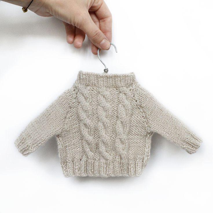 Бежевый свитер с косами