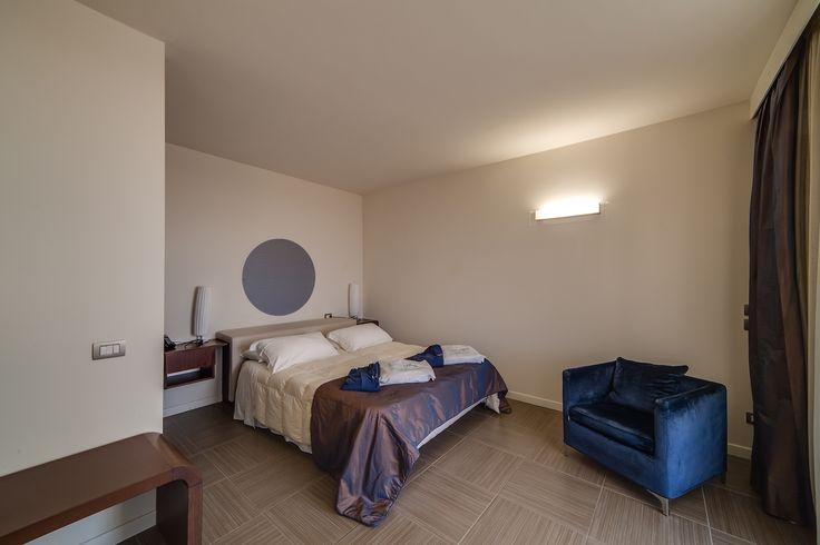 Soggiornando nelle camere Blu One, oltre ad avere una stanza monolocale, avrete diritto alla ricca colazione a buffet, Sky Gold TV, Internet Wi-Fi, ingresso alla piscina riscaldata e parcheggio privato.