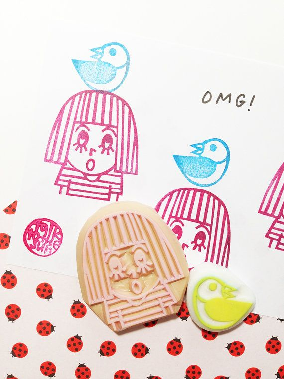 OMG Rubberstempel. meisje en vogel hand gesneden rubber stempel. Kokeshi stempel. eigenzinnige verjaardag ambachten. scrapbooking. geschenkverpakking. set van 2