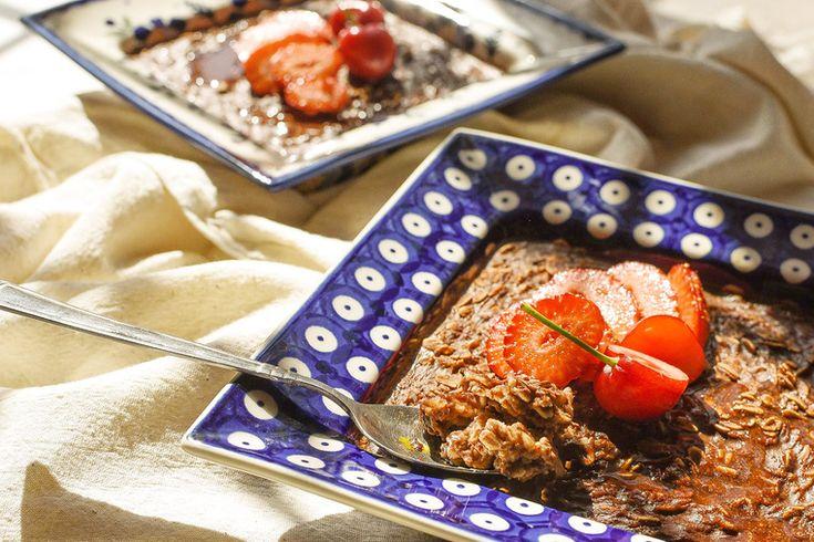 В выходные можно неспеша приготовить вкусный завтрак на всю семью. Например, овсянку. Но не просто овсянку, а с насыщенным шоколадным вкусом. Предлагаем запечь ее с бананами по рецепту онлайн -кондитерской «Без рецепта». Кстати, для приготовления каши вы можете использовать самые разные сухофрукты, орехи и семена – все, на что вас подтолкнёт фантазия, а этот рецепт всего лишь заметка для вдохновения.