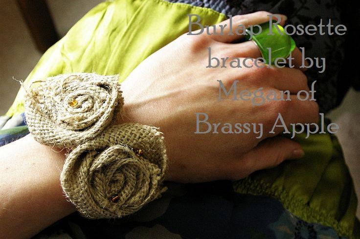 Bracelet de fleurs en bandes de toile de jute enroulées en spirale.