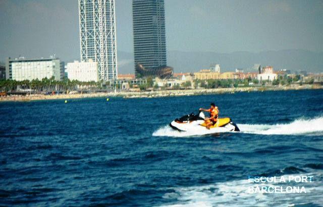 """Obten la nueva titulación """"Licencia de Navegación"""" y lleva una moto acuática por el litoral de Barcelona"""