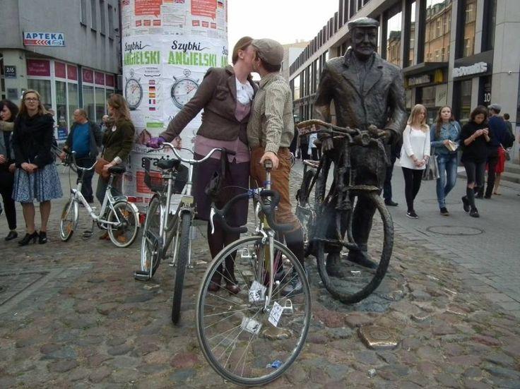 Poznań: Wsiedli na rowery w strojach retro