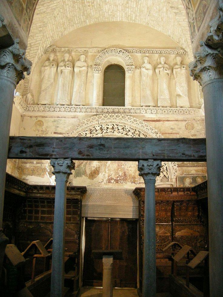 Tempietto longobardo di Cividale.  Monastero di Santa Maria in Valle. Recinzione con materiale di spoglio di epoca bizantina in marmo greco.